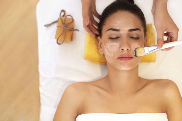 Bạn nên dùng chổi lông để quết hỗn hợp lên vùng da cần chăm sóc